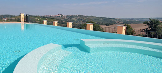 The outdoor swimming pool surrounded by nature, overlooking the horizon